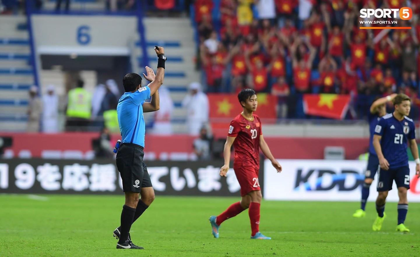 Sau khi tham khảo video, ông Abdulla Mohamed đã không công nhận bàn thắng của Nhật Bản vì Yoshida đã dùng tay đưa bóng vào lưới. Ảnh: Hiếu Lương.