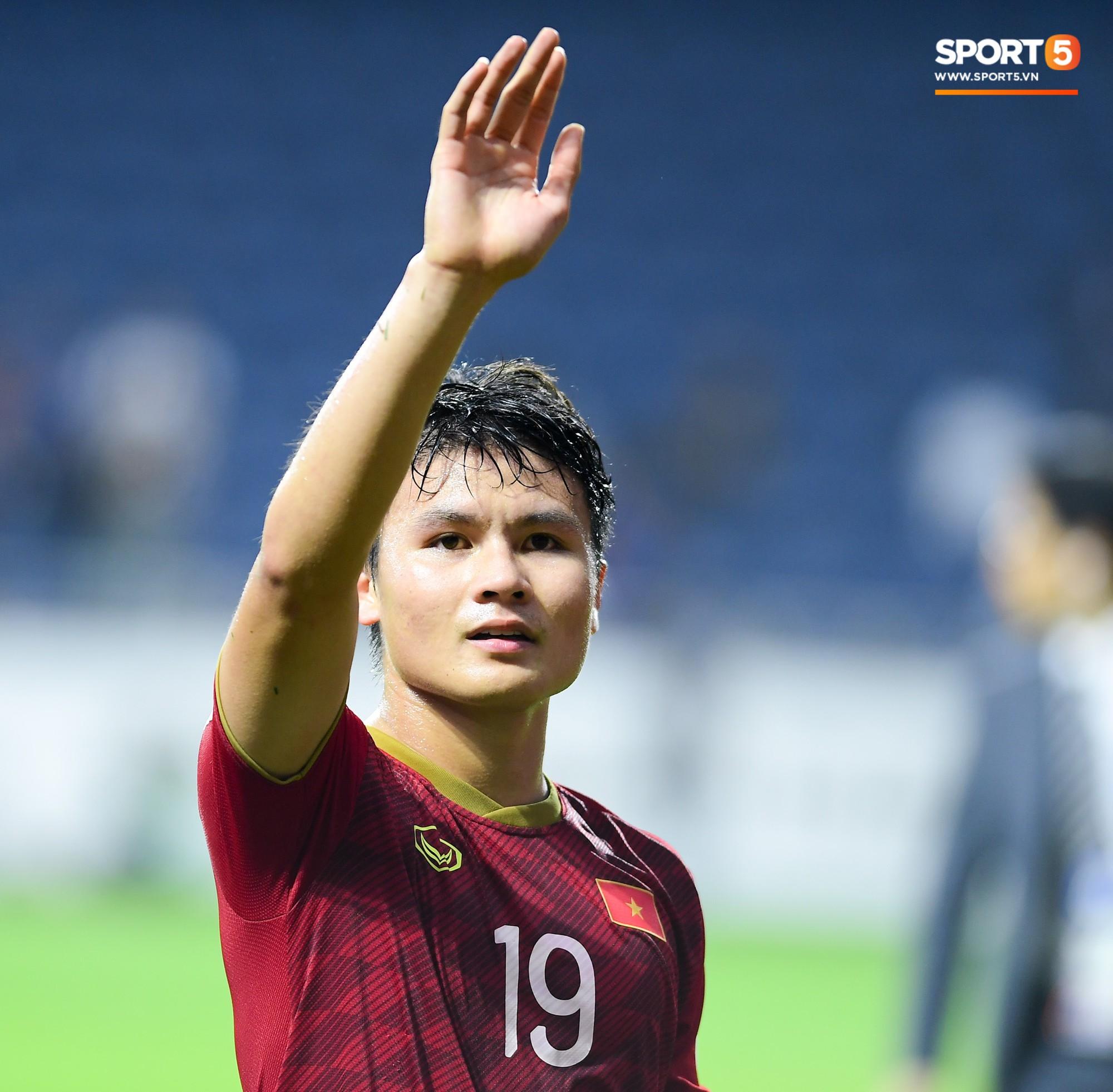 Tiền vệ Nguyễn Quang Hải cố gắng mỉm cười với người thân ở trên khán đài. Anh và các đồng đội đã chạy không ngơi nghỉ trong suốt 10 phút cuối trận.