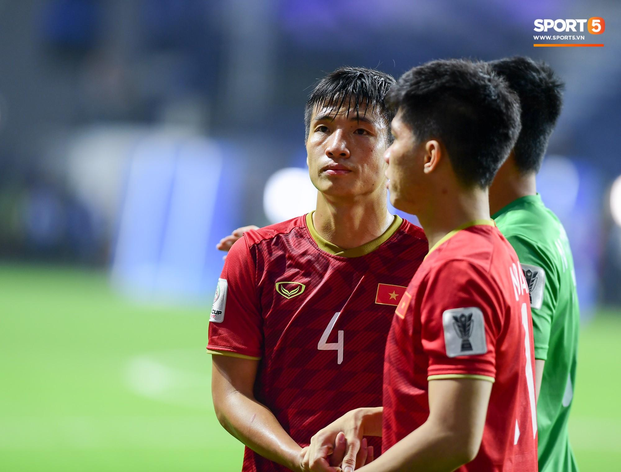 Trung vệ Bùi Tiến Dũng được các đồng đội động viên, anh khiến đội tuyển Việt Nam phải chịu một quả phạt đền sau khi trọng tài chính tham khảo các trợ lý trọng tài video.