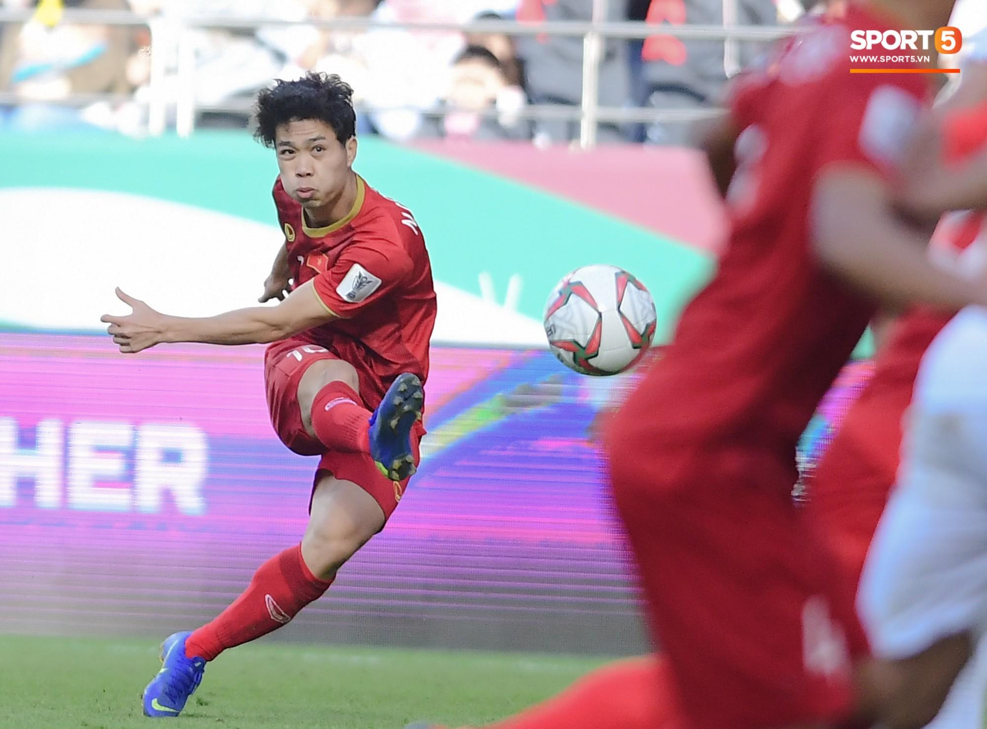 Việt Nam vs Nhật Bản: Ngày Công Phượng chứng minh mình có thể làm tốt hơn việc phát tờ rơi - Ảnh 3.