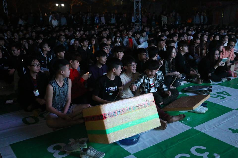 Tổ chức xem đá bóng, cả trường ngỡ ngàng phát hiện phụ huynh là cựu danh thủ lừng lẫy Việt Nam cũng có mặt - Ảnh 4.