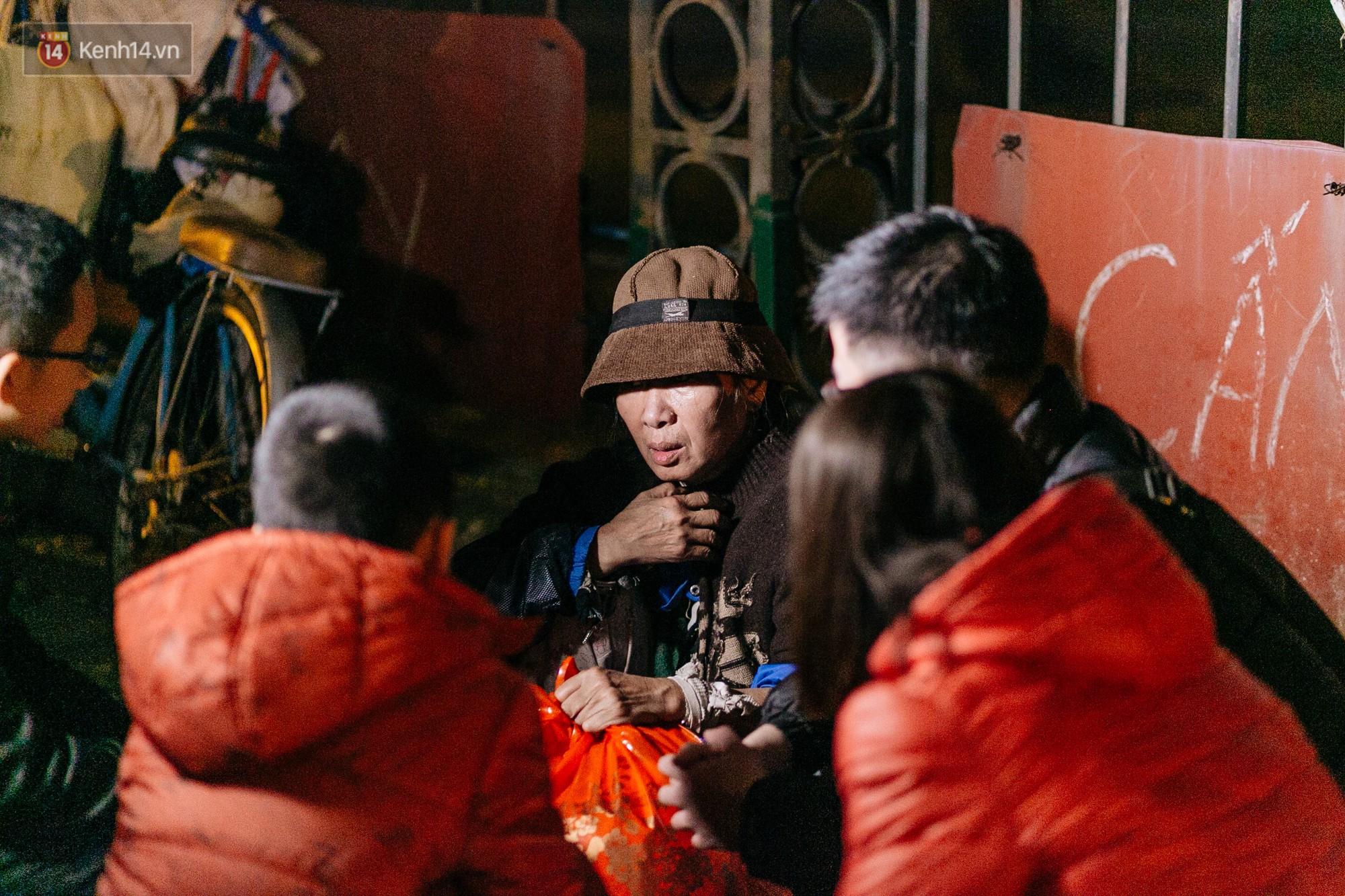 Phận người vô gia cư trên đường phố Hà Nội những ngày rét mướt: Chúng tôi cũng có một cái Tết như bao người khác - Ảnh 12.