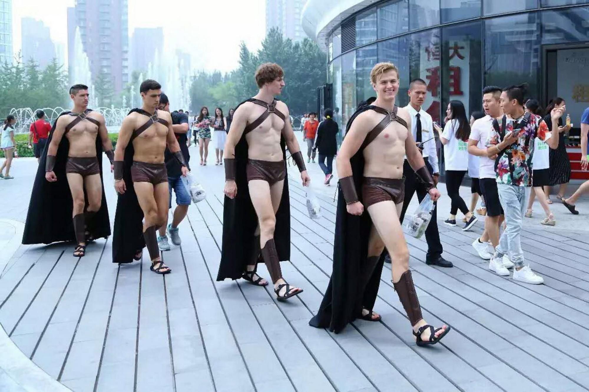 Chuyện mẫu Tây hành nghề chui ở Trung Quốc: Dễ kiếm tiền nhưng phải chấp nhận cởi - Ảnh 3.