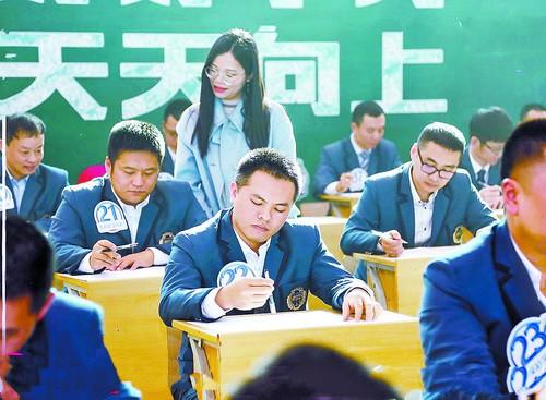 Trường mời các ông bố làm bài kiểm tra Tiếng Anh để xem con mình học vất vả thế nào, kết quả nhận được ai cũng bất ngờ - Ảnh 1.