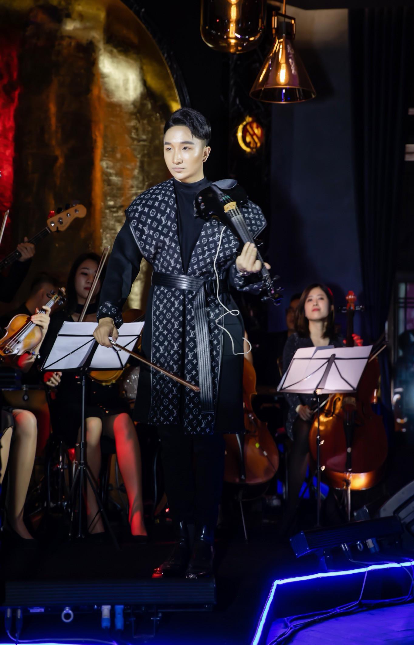 Hồ Ngọc Hà - Kim Lý cùng dàn sao Việt đến ủng hộ đêm nhạc riêng của nghệ sĩ violin Hoàng Rob - Ảnh 1.