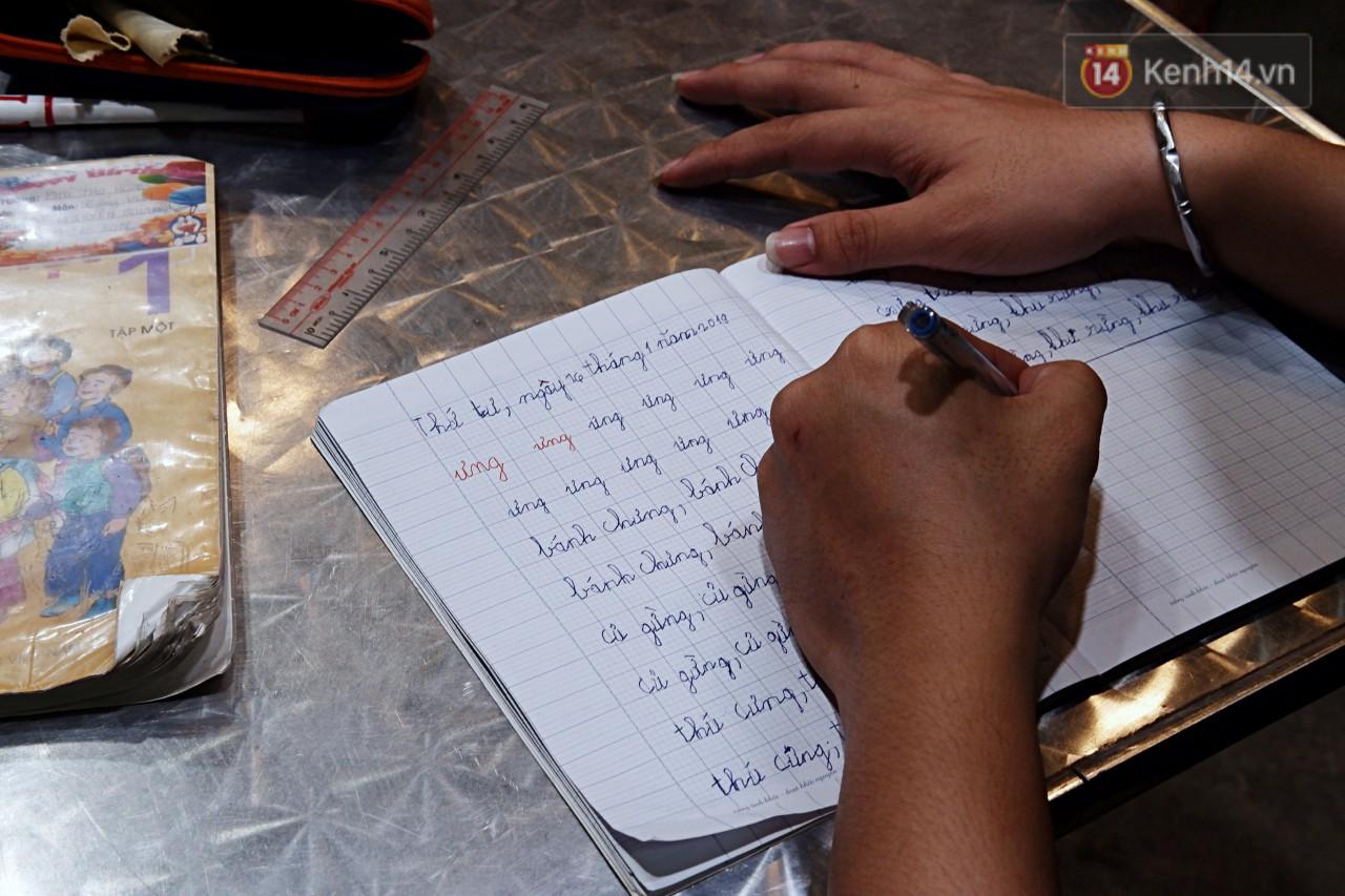 Chuyện cảm động trong lớp học miễn phí cho công nhân, tài xế nghèo ở Sài Gòn: Sáng mưu sinh tối cắp sách học chữ! - Ảnh 5.