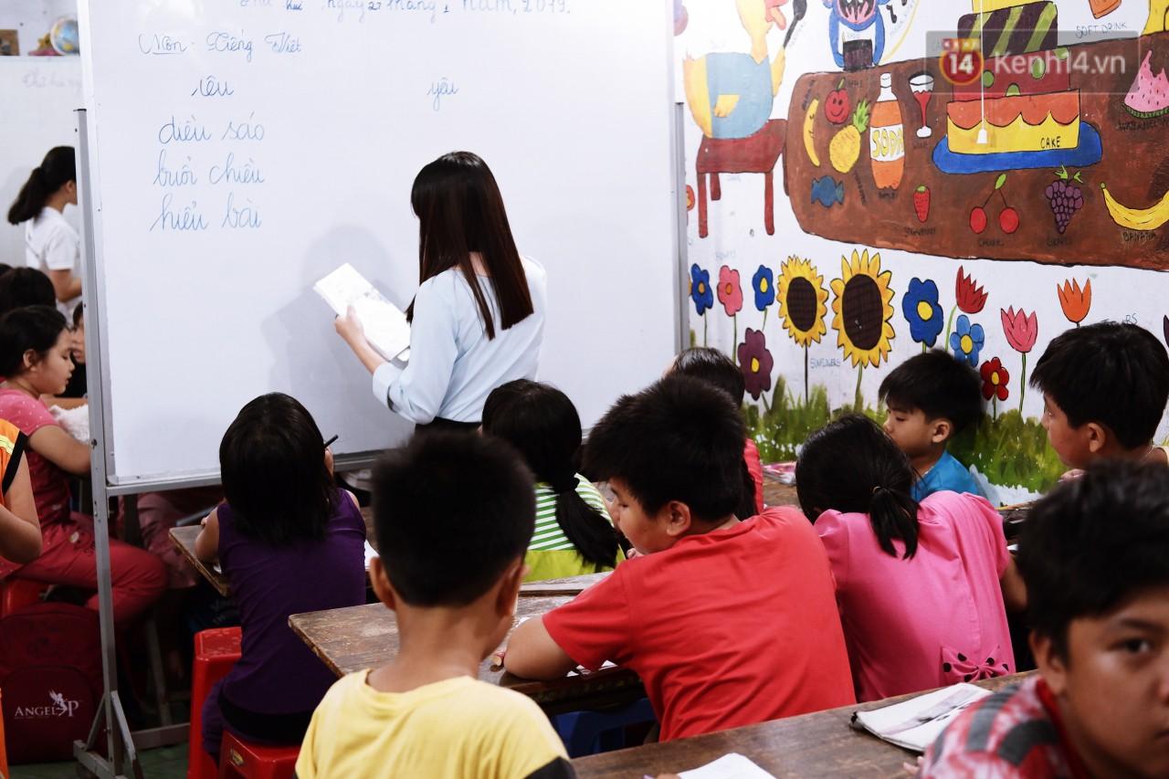 Chuyện cảm động trong lớp học miễn phí cho công nhân, tài xế nghèo ở Sài Gòn: Sáng mưu sinh tối cắp sách học chữ! - Ảnh 2.