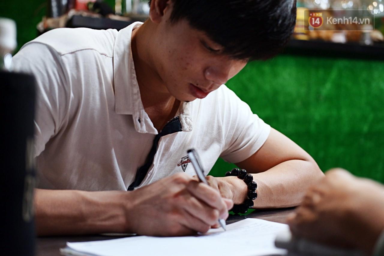 Chuyện cảm động trong lớp học miễn phí cho công nhân, tài xế nghèo ở Sài Gòn: Sáng mưu sinh tối cắp sách học chữ! - Ảnh 4.
