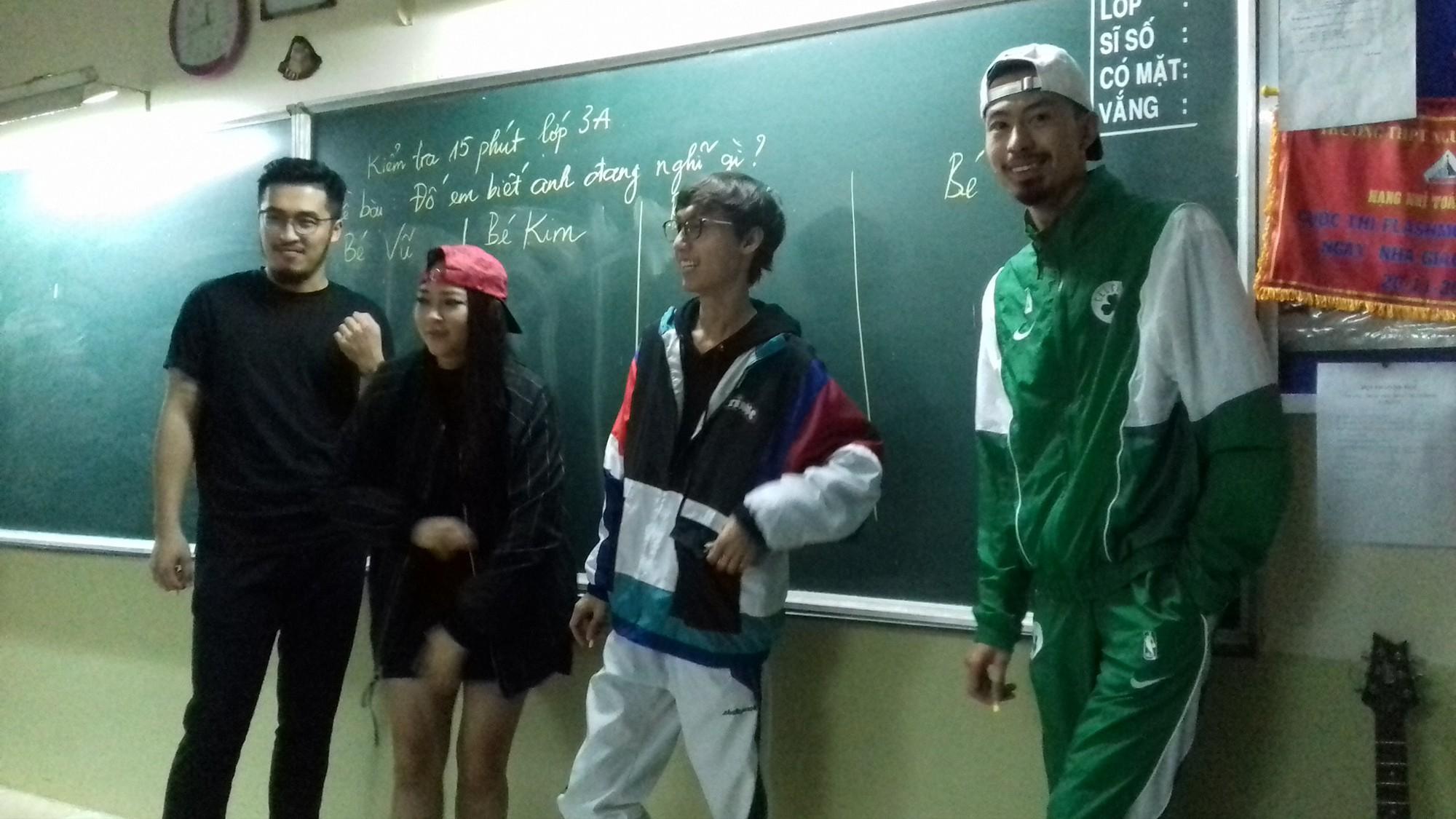 Bức ảnh lớp học trong mơ gây sốt MXH: Có 4 nghệ sĩ đình đám, trong đó 2 người hot nhất giới Underground - Ảnh 2.
