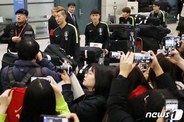 Cùng vào đến tứ kết như Việt Nam nhưng tuyển Hàn Quốc về nước trong sự buồn bã, cầu thủ hối hận cúi đầu xin lỗi fan - Ảnh 1.