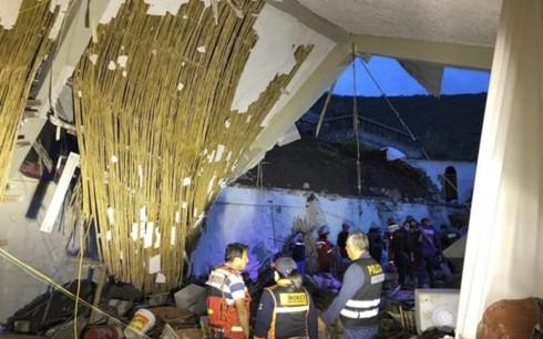 Sập tường khách sạn trong lễ cưới, gần 50 người thương vong - Ảnh 1.