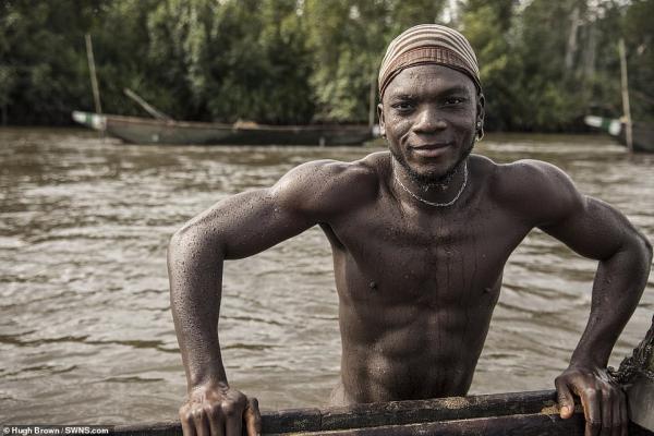 Chiêm ngưỡng cơ bắp cuồn cuộn của những thợ lặn Cameron đang ngày đêm đào cát dưới dòng sông chảy xiết - Ảnh 2.