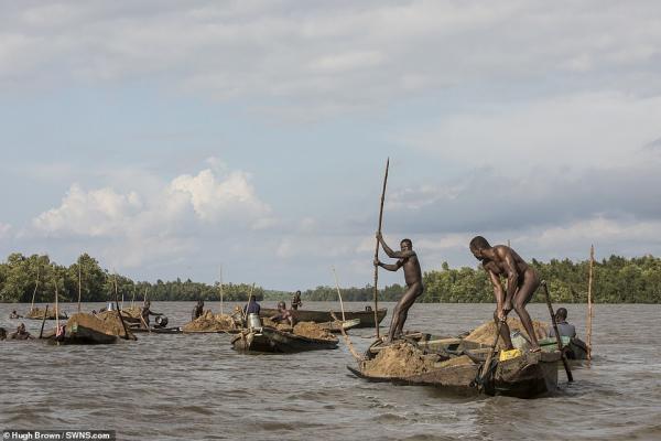 Chiêm ngưỡng cơ bắp cuồn cuộn của những thợ lặn Cameron đang ngày đêm đào cát dưới dòng sông chảy xiết - Ảnh 1.