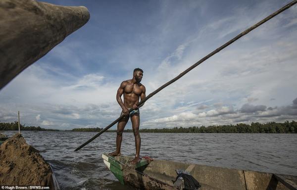 Chiêm ngưỡng cơ bắp cuồn cuộn của những thợ lặn Cameron đang ngày đêm đào cát dưới dòng sông chảy xiết - Ảnh 5.