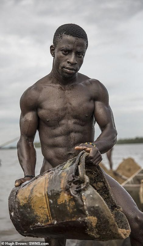 Chiêm ngưỡng cơ bắp cuồn cuộn của những thợ lặn Cameron đang ngày đêm đào cát dưới dòng sông chảy xiết - Ảnh 3.