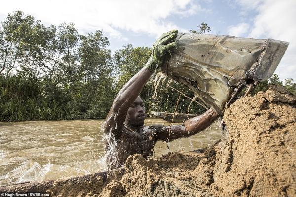 Chiêm ngưỡng cơ bắp cuồn cuộn của những thợ lặn Cameron đang ngày đêm đào cát dưới dòng sông chảy xiết - Ảnh 8.