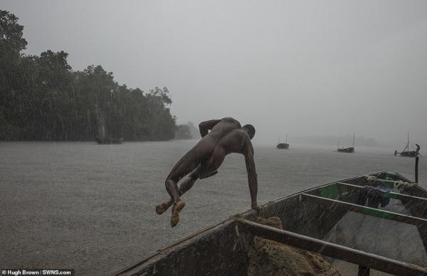 Chiêm ngưỡng cơ bắp cuồn cuộn của những thợ lặn Cameron đang ngày đêm đào cát dưới dòng sông chảy xiết - Ảnh 7.