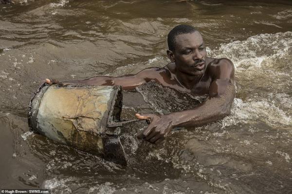 Chiêm ngưỡng cơ bắp cuồn cuộn của những thợ lặn Cameron đang ngày đêm đào cát dưới dòng sông chảy xiết - Ảnh 6.