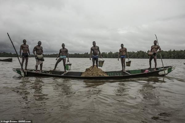 Chiêm ngưỡng cơ bắp cuồn cuộn của những thợ lặn Cameron đang ngày đêm đào cát dưới dòng sông chảy xiết - Ảnh 12.