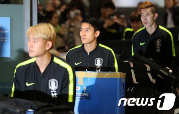 Cùng vào đến tứ kết như Việt Nam nhưng tuyển Hàn Quốc về nước trong sự buồn bã, cầu thủ hối hận cúi đầu xin lỗi fan - Ảnh 2.
