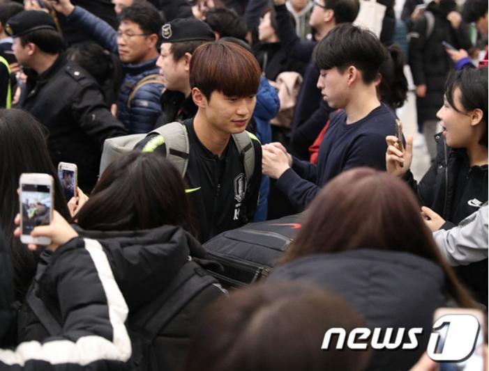 Cùng vào đến tứ kết như Việt Nam nhưng tuyển Hàn Quốc về nước trong sự buồn bã, cầu thủ hối hận cúi đầu xin lỗi fan - Ảnh 4.