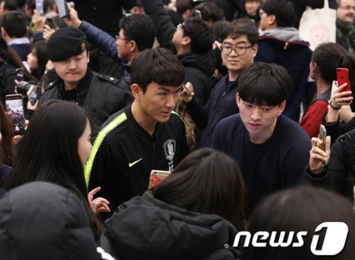 Cùng vào đến tứ kết như Việt Nam nhưng tuyển Hàn Quốc về nước trong sự buồn bã, cầu thủ hối hận cúi đầu xin lỗi fan - Ảnh 9.