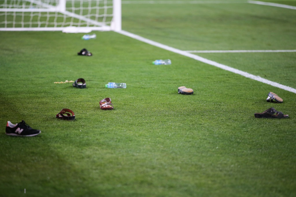 Đội tuyển thua nhục nhã, CĐV nước chủ nhà UAE còn để lại hình ảnh vô cùng xấu xí - Ảnh 4.
