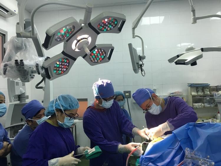 Lần đầu tiên mổ thức tỉnh tại Việt Nam, bệnh nhân vừa phẫu thuật u não vừa... hát quốc ca trên bàn mổ - Ảnh 1.