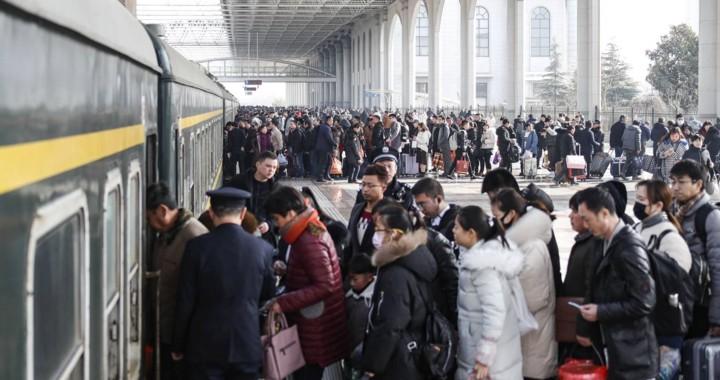 """Xuân vận Trung Quốc: """"Biển người"""" xếp hàng chờ tàu xe về quê ăn Tết - Ảnh 11."""