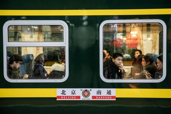 """Xuân vận Trung Quốc: """"Biển người"""" xếp hàng chờ tàu xe về quê ăn Tết - Ảnh 12."""
