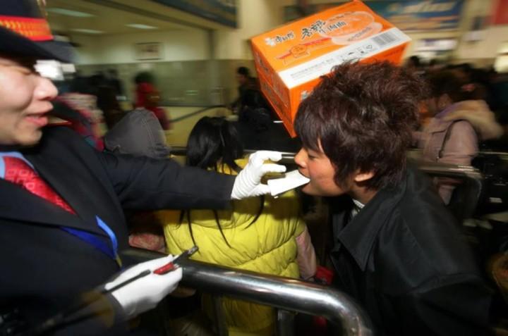 """Xuân vận Trung Quốc: """"Biển người"""" xếp hàng chờ tàu xe về quê ăn Tết - Ảnh 17."""