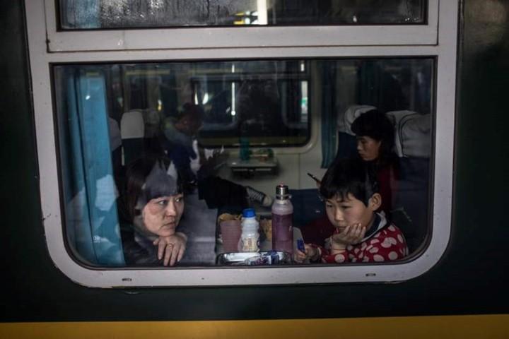 """Xuân vận Trung Quốc: """"Biển người"""" xếp hàng chờ tàu xe về quê ăn Tết - Ảnh 3."""