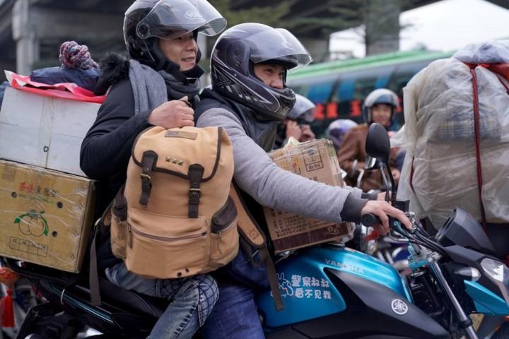 """Xuân vận Trung Quốc: """"Biển người"""" xếp hàng chờ tàu xe về quê ăn Tết - Ảnh 7."""