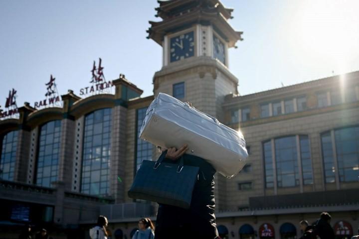 """Xuân vận Trung Quốc: """"Biển người"""" xếp hàng chờ tàu xe về quê ăn Tết - Ảnh 8."""