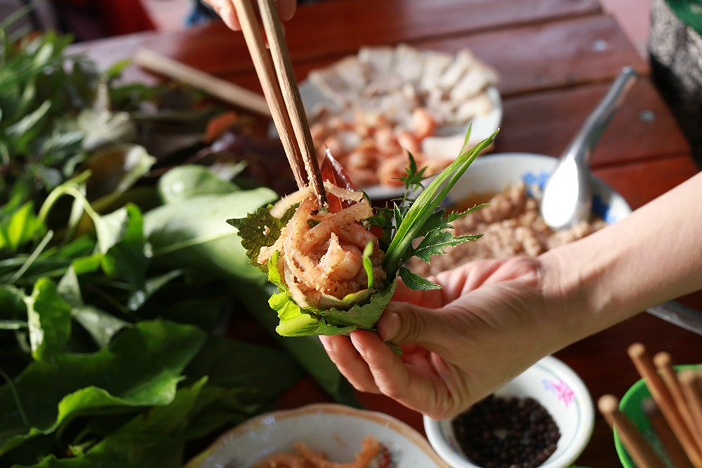 Kon Tum có 1 loại gỏi cuốn chung tới hơn 30 loại lá và là một đặc sản nức tiếng vùng Tây Nguyên - Ảnh 4.