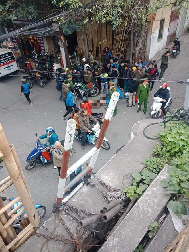 Hà Nội: Người đàn ông mặc áo Grab đang đi xe máy bất ngờ ngã gục giữa đường, tử vong tại chỗ - Ảnh 2.