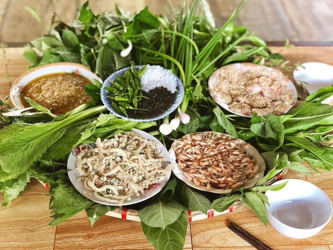Kon Tum có 1 loại gỏi cuốn chung tới hơn 30 loại lá và là một đặc sản nức tiếng vùng Tây Nguyên - Ảnh 1.