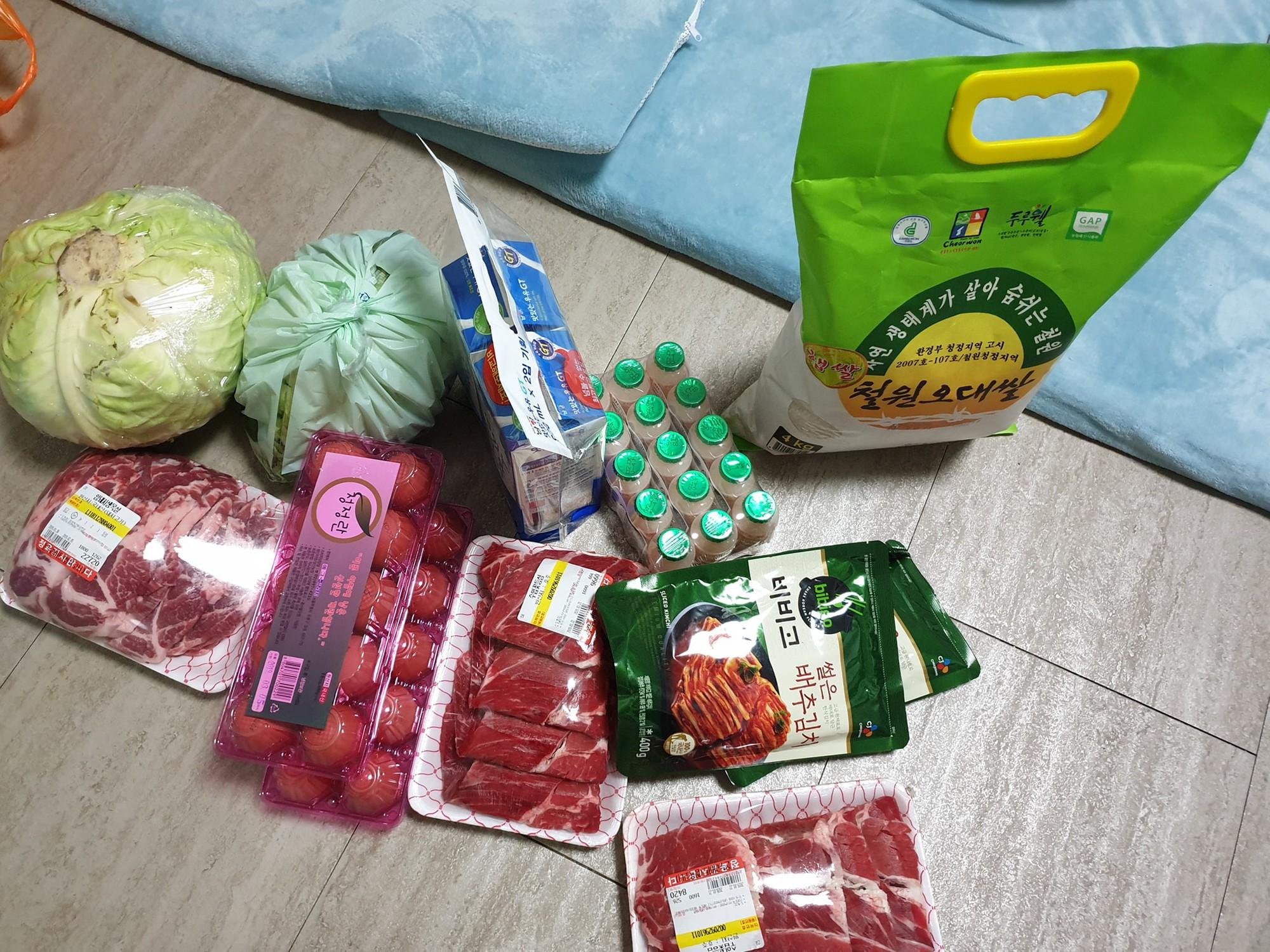 Vừa về tới Hàn Quốc, thầy Park phải chạy ngay tới chỗ học trò bẹo má, khoác vai - Ảnh 3.