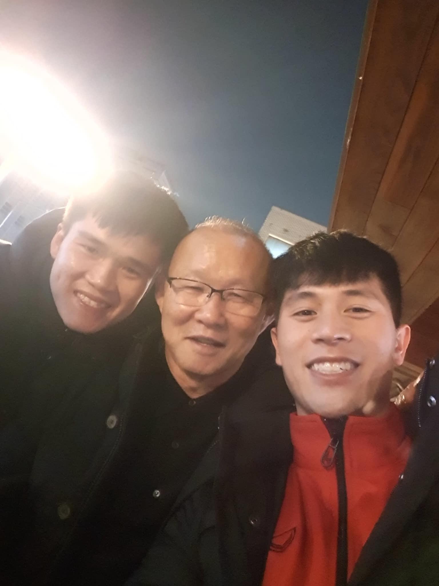 Vừa về tới Hàn Quốc, thầy Park phải chạy ngay tới chỗ học trò bẹo má, khoác vai - Ảnh 2.