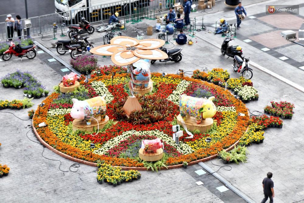 Cận cảnh đường hoa Nguyễn Huệ ở Sài Gòn trước giờ khai mạc đón Tết Kỷ Hợi 2019 - Ảnh 7.
