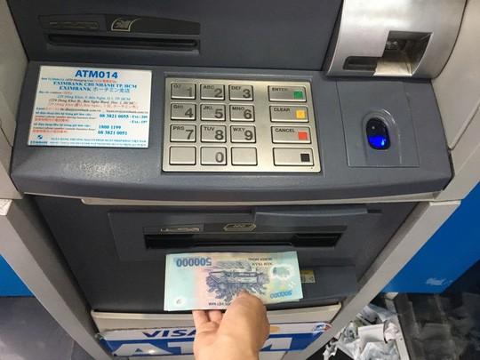 Sẽ xử phạt ngân hàng để máy ATM hết tiền, không hoạt động - Ảnh 1.