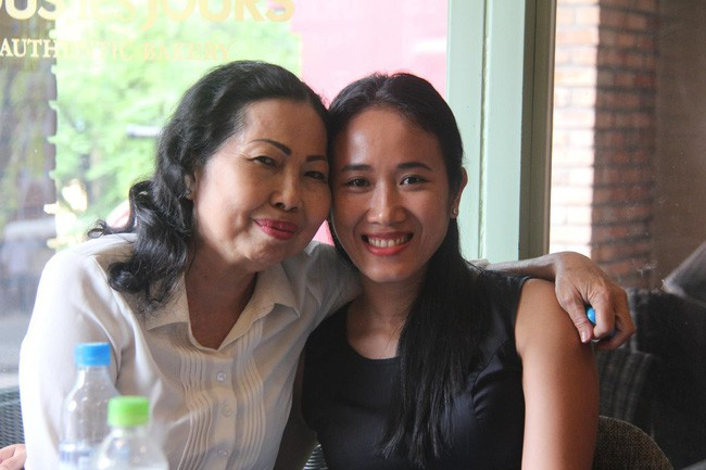 Nước mắt hạnh phúc của người mẹ trẻ khi được trả lại con gái sau 4 năm sang Pháp kiện chồng hờ - Ảnh 6.
