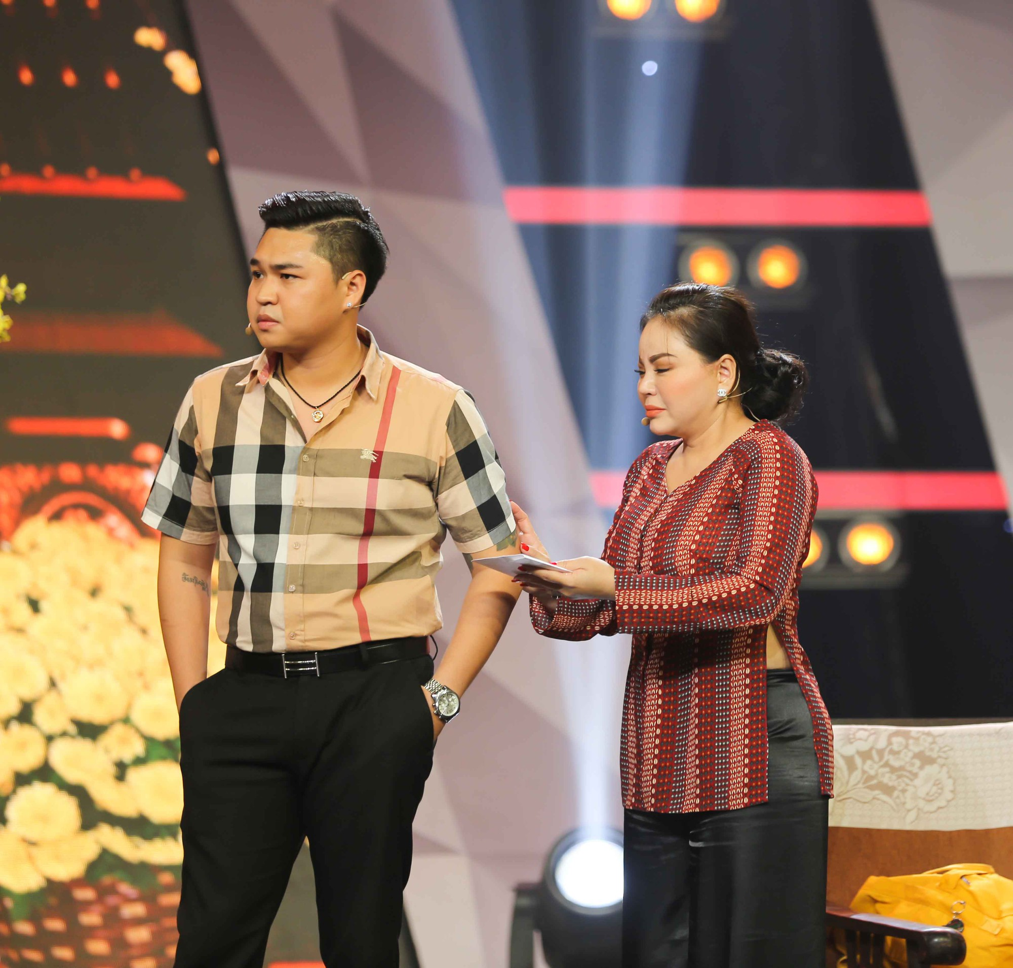 Lê Giang rơi nước mắt trên sân khấu Tết cùng 2 con - Ảnh 3.