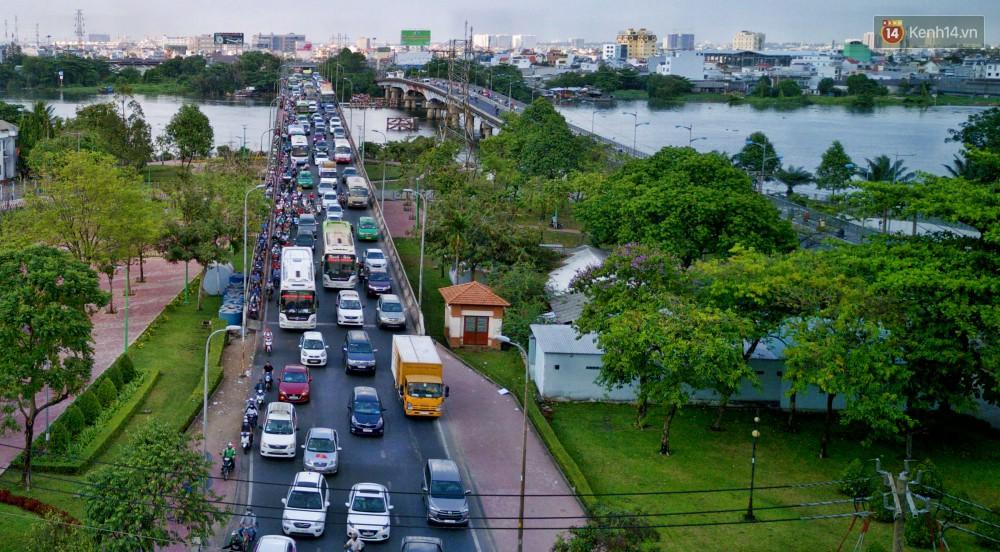 Chùm ảnh Flycam ấn tượng về cảnh đông đúc tại cửa ngõ bến xe miền Đông ngày 26 Tết - Ảnh 6.