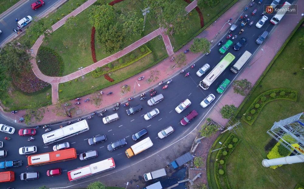 Chùm ảnh Flycam ấn tượng về cảnh đông đúc tại cửa ngõ bến xe miền Đông ngày 26 Tết - Ảnh 11.
