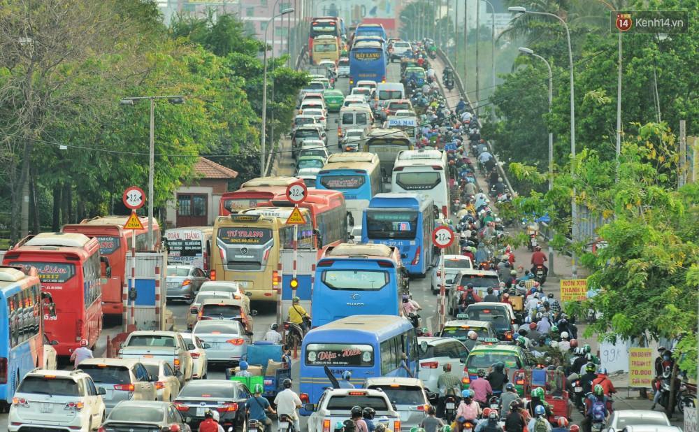 Chùm ảnh Flycam ấn tượng về cảnh đông đúc tại cửa ngõ bến xe miền Đông ngày 26 Tết - Ảnh 5.