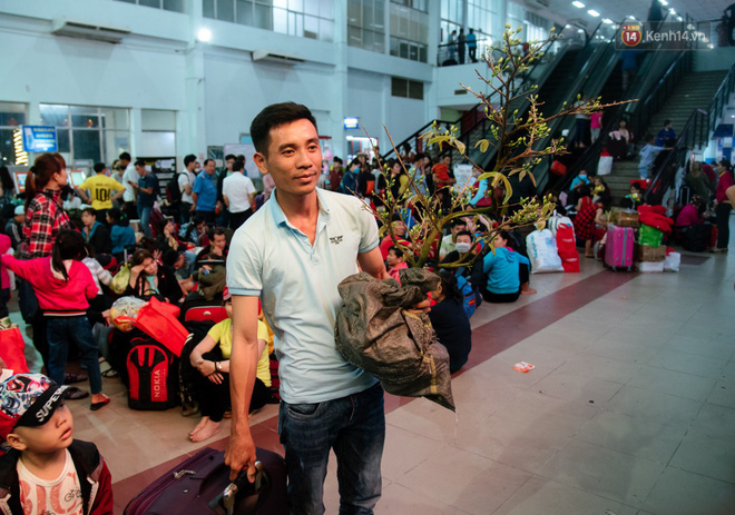 Smiles at Saigon station on Tet holiday: returning in more than 19 years and three places of origin - Photo 9.
