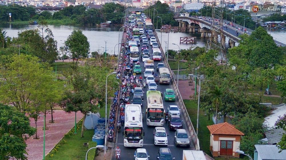 Chùm ảnh Flycam ấn tượng về cảnh đông đúc tại cửa ngõ bến xe miền Đông ngày 26 Tết - Ảnh 9.