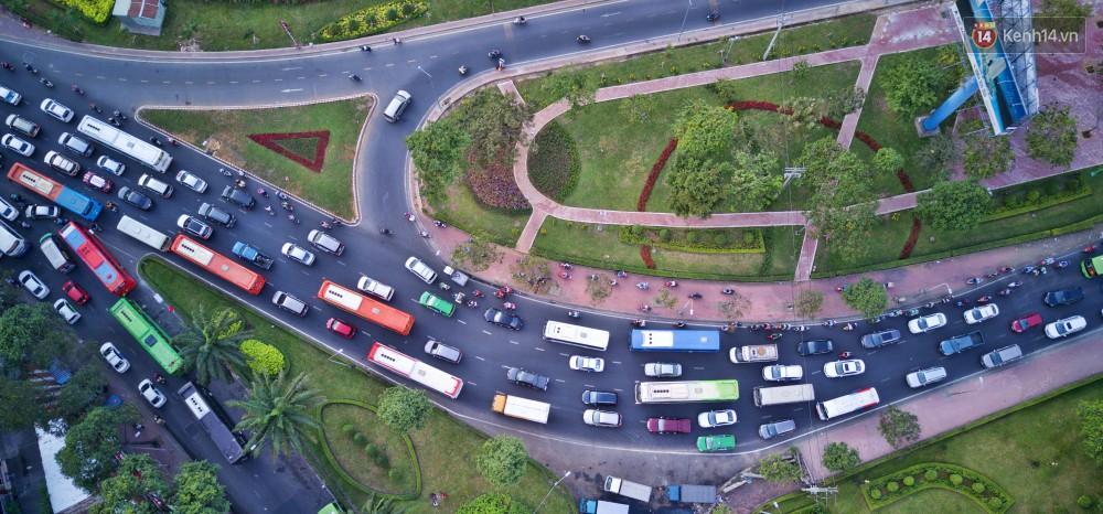 Chùm ảnh Flycam ấn tượng về cảnh đông đúc tại cửa ngõ bến xe miền Đông ngày 26 Tết - Ảnh 8.