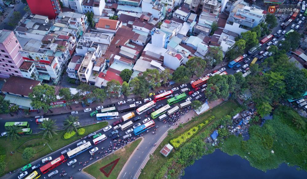Chùm ảnh Flycam ấn tượng về cảnh đông đúc tại cửa ngõ bến xe miền Đông ngày 26 Tết - Ảnh 7.